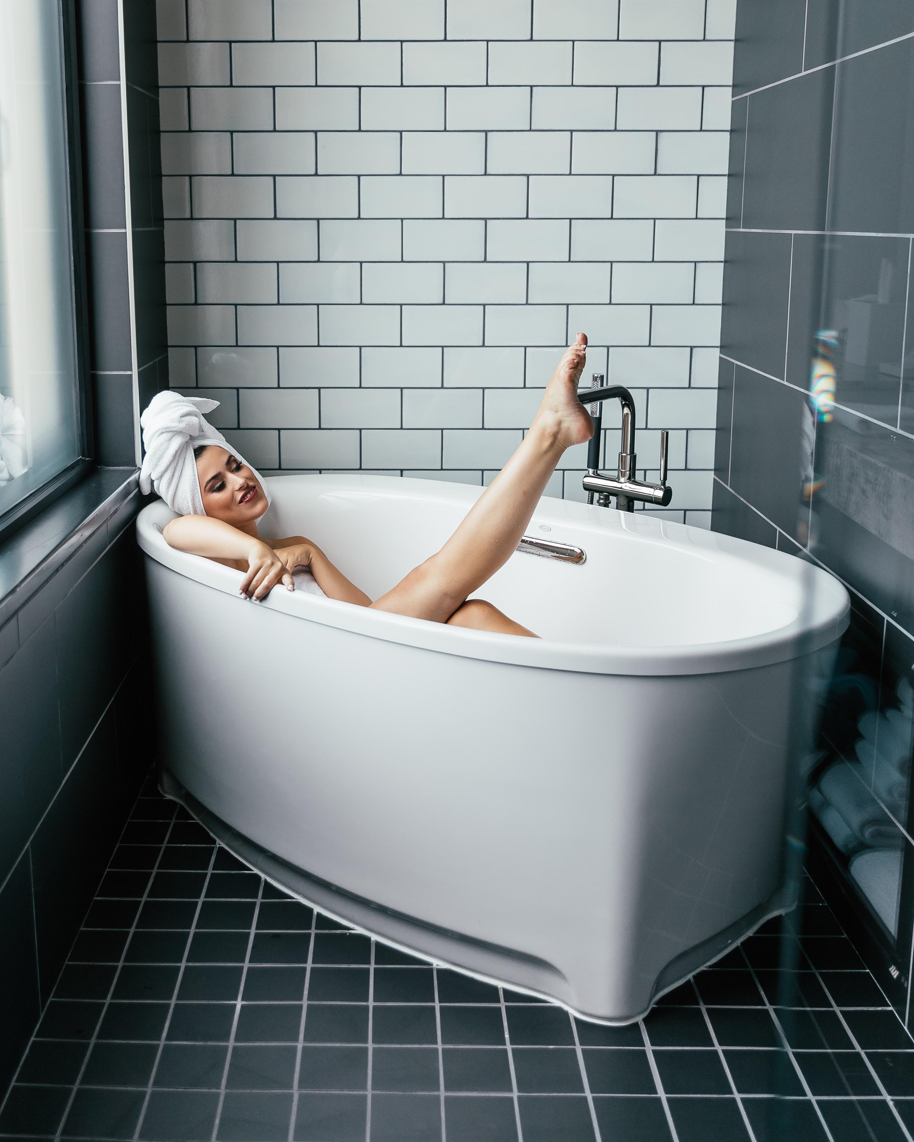 6 bí quyết chăm sóc da mùa đông cô gái quấn khăn nằm trong bồn tắm