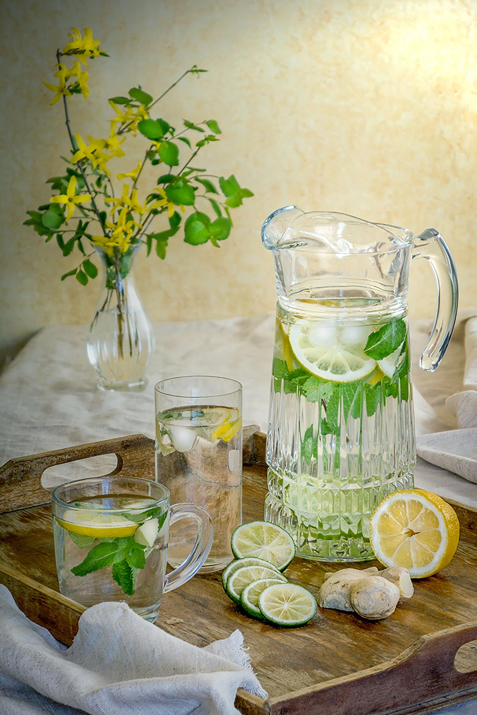 uống đủ nước bình nước chnah đựng trên khay gỗ