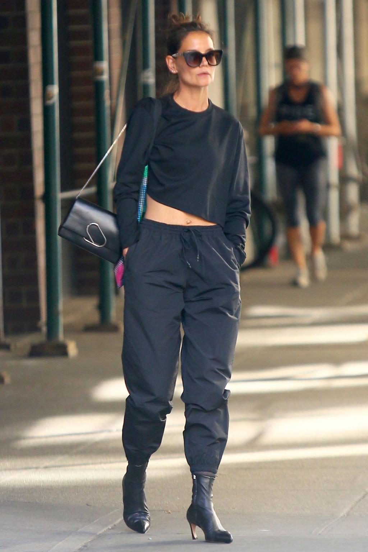 Katie Holmes diện trang phục đen