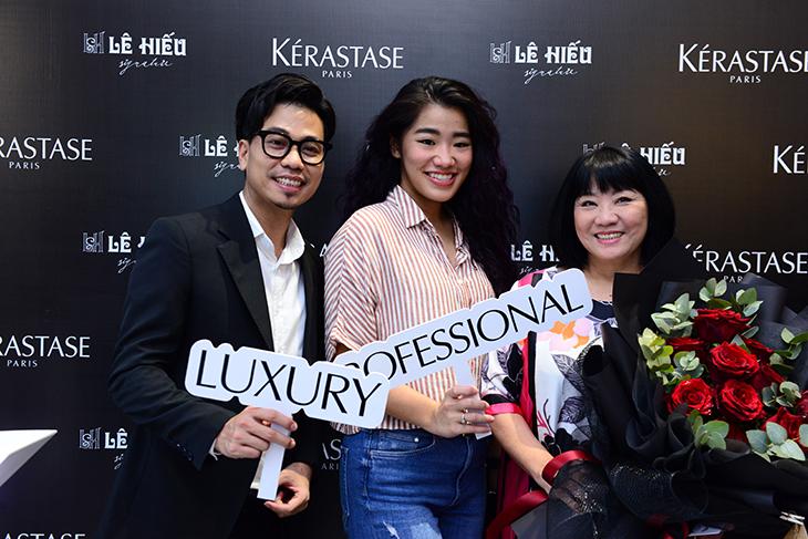 Ca sĩ Cẩm Vân (phải) chúc mừng Kérastase chính thức đến với người tiêu dùng Việt Nam vào tháng 11 năm 2019