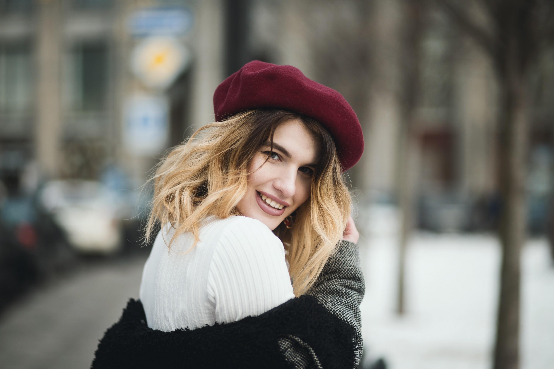 bí mật sử dụng nước hoa phụ nữ pháp cô gái tóc vàng nón đỏ áo trắng xoay đầu cười