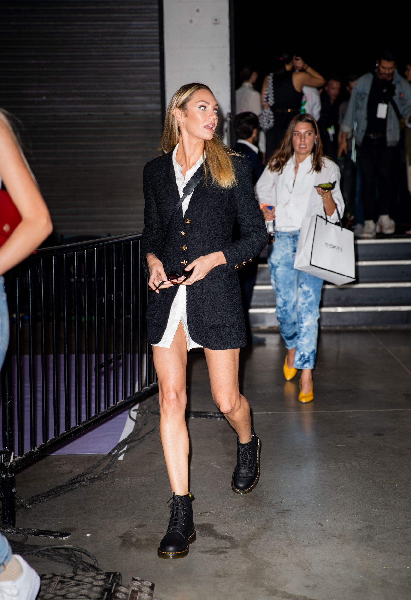 Cựu thiên thần Victoria's Secret Candice Swanepoel diện giày Dr.Martens cùng blazer vào tháng 9 năm nay tại New York.