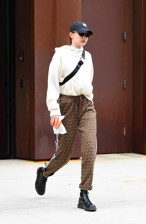 Gigi Hadid mang giày dr.martens
