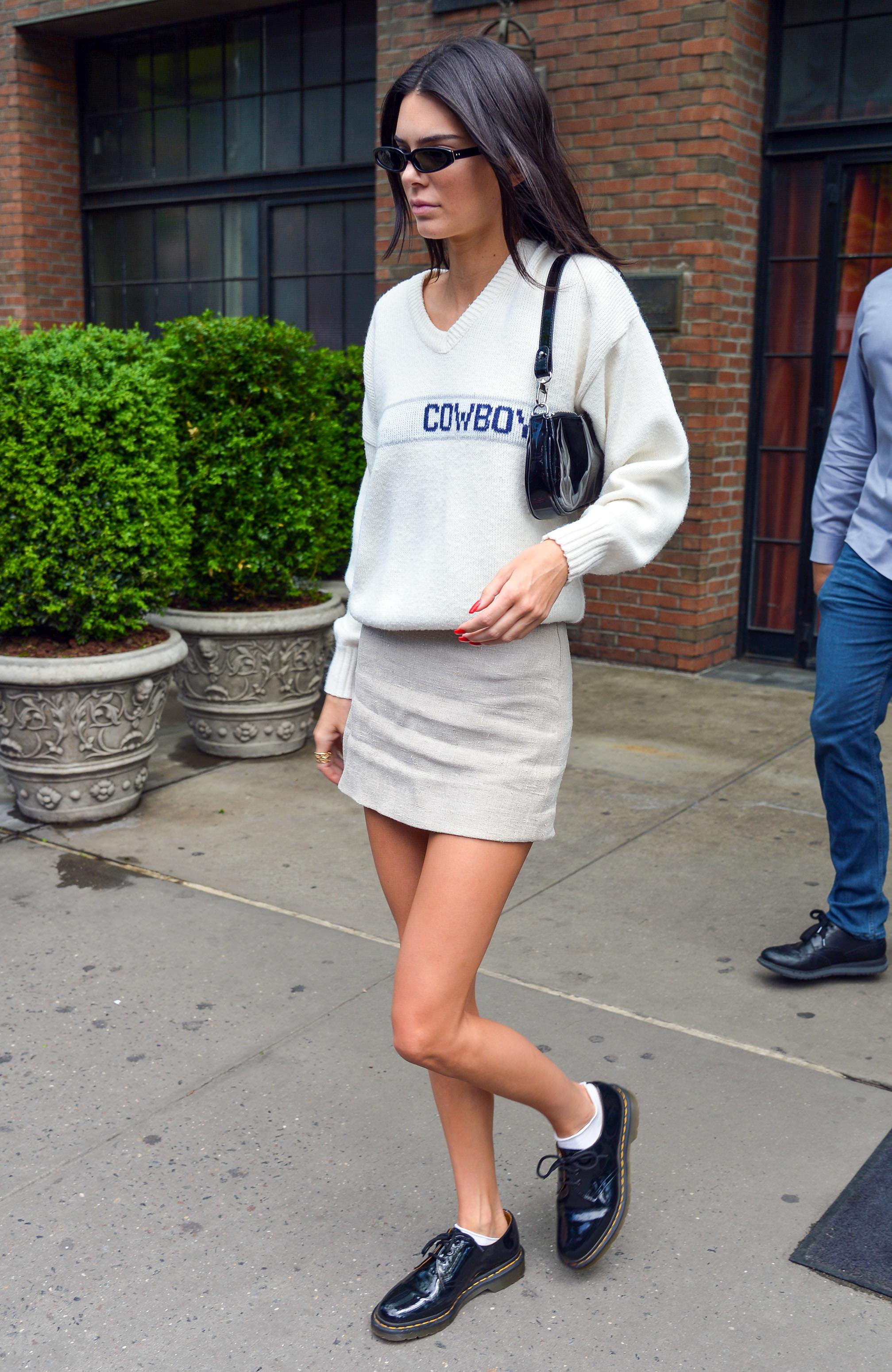 Kendall Jenner mang giày dr.martens