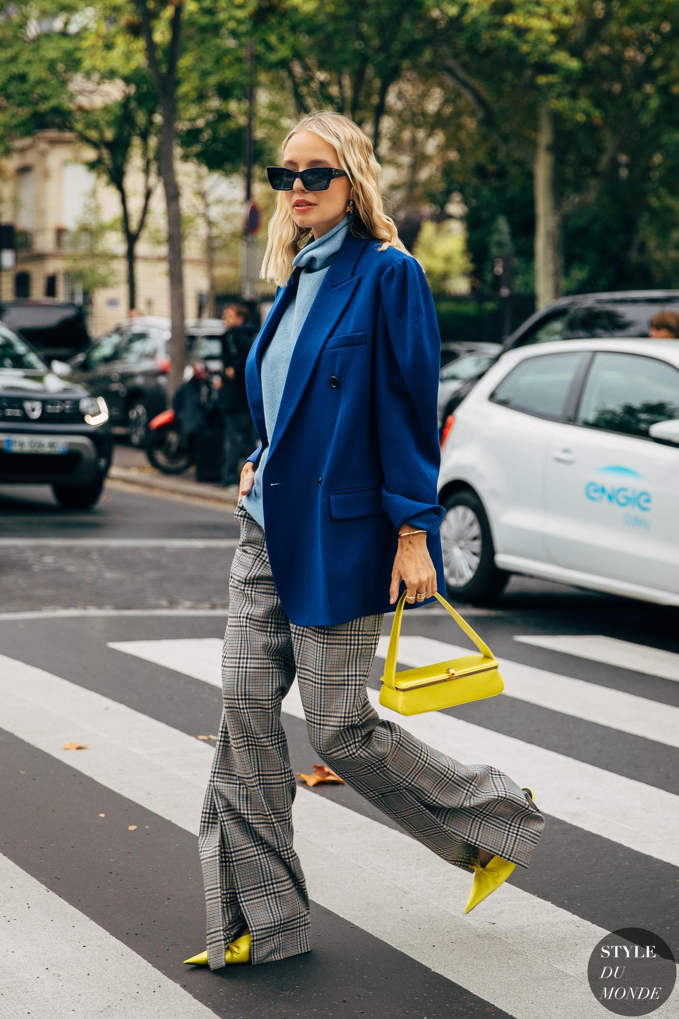 leonie Hanne mặc áo khoác oversize và quần ống rộng