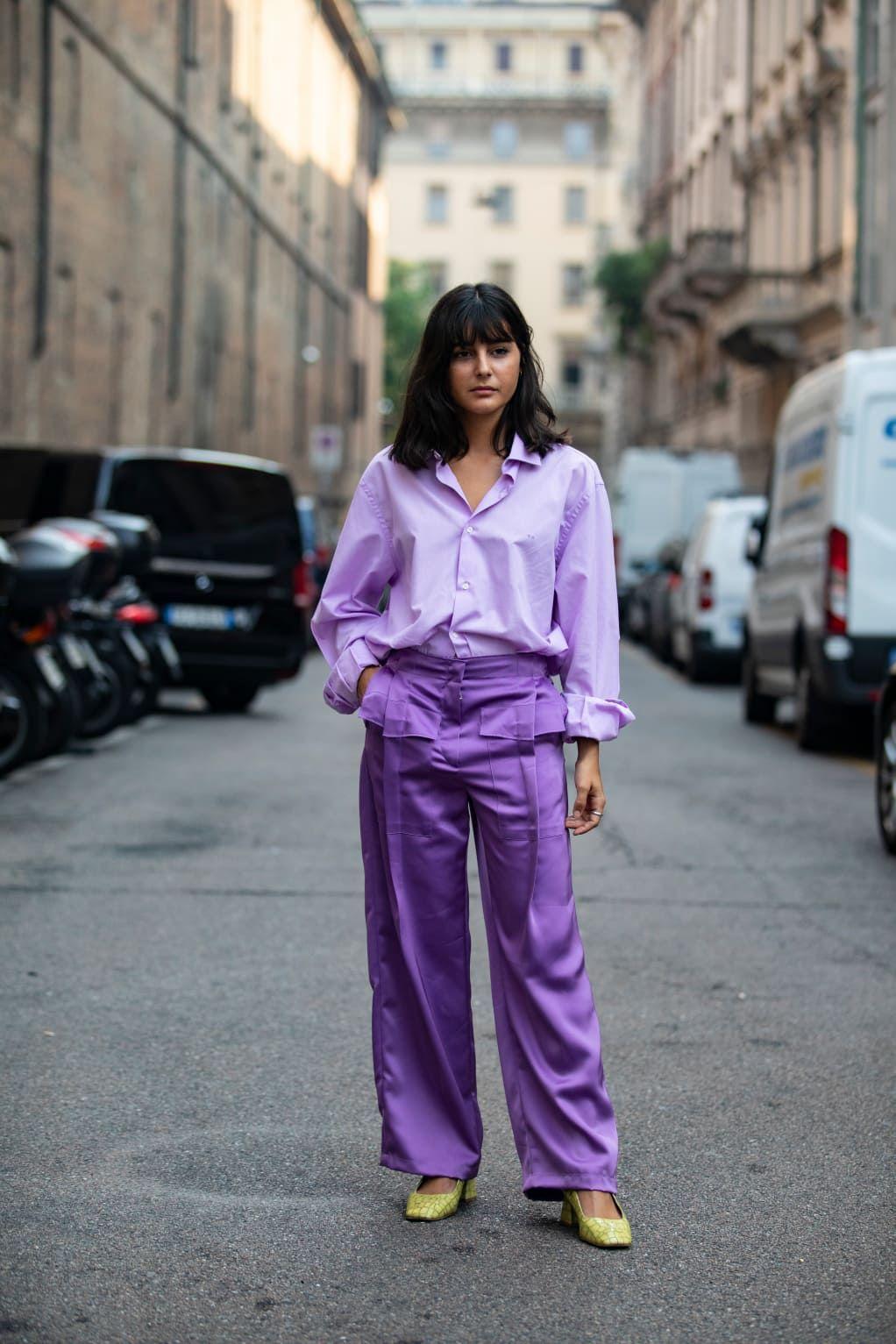 phối quần ống rộng bằng lụa và áo sơ mi màu tím