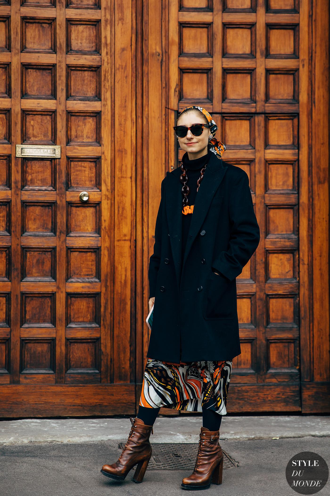 thời trang cung hoàng đạo nhân mã - váy họa tiết và áo khoác đen dáng dài