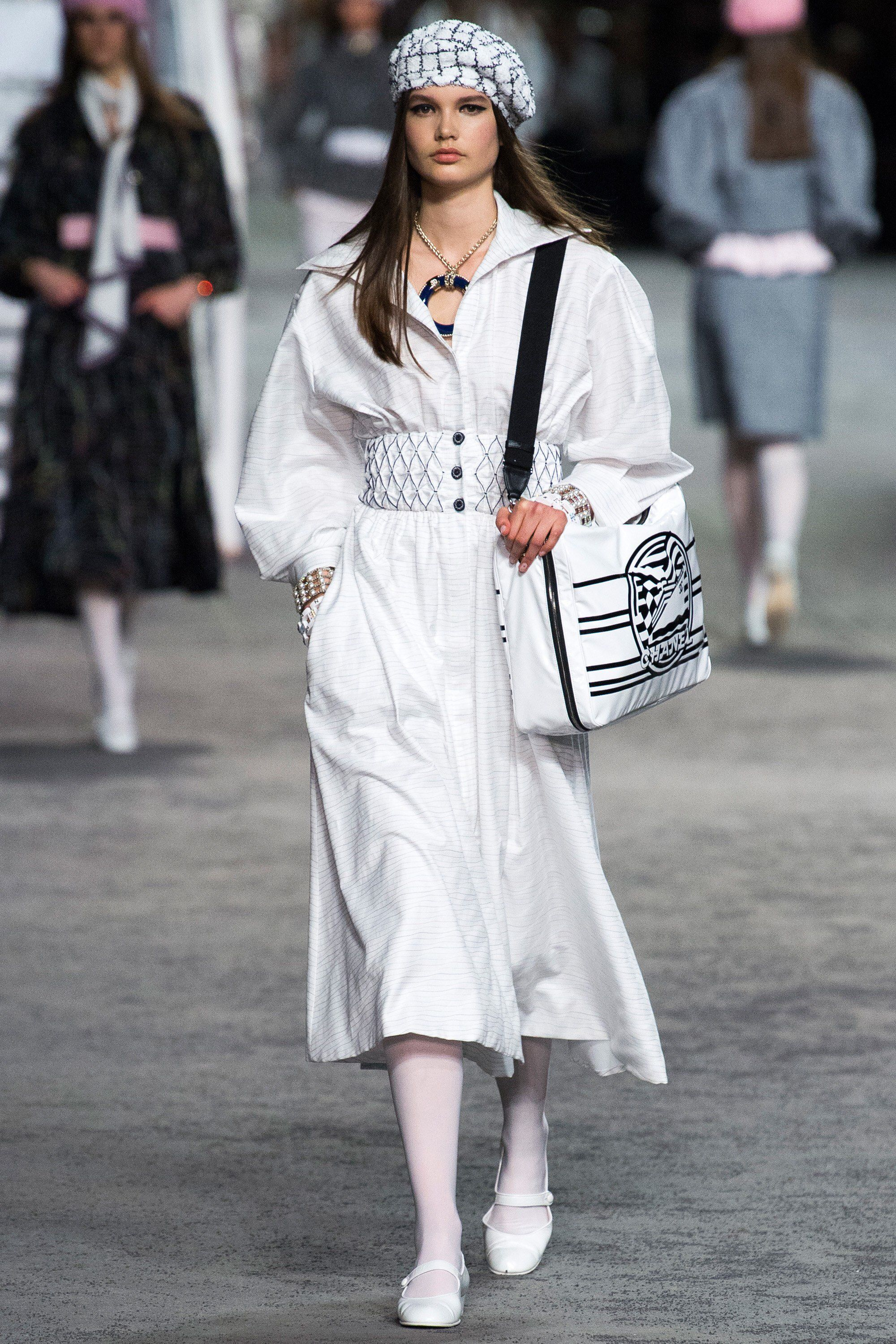 mũ beret trong bst chanel cruise 2019