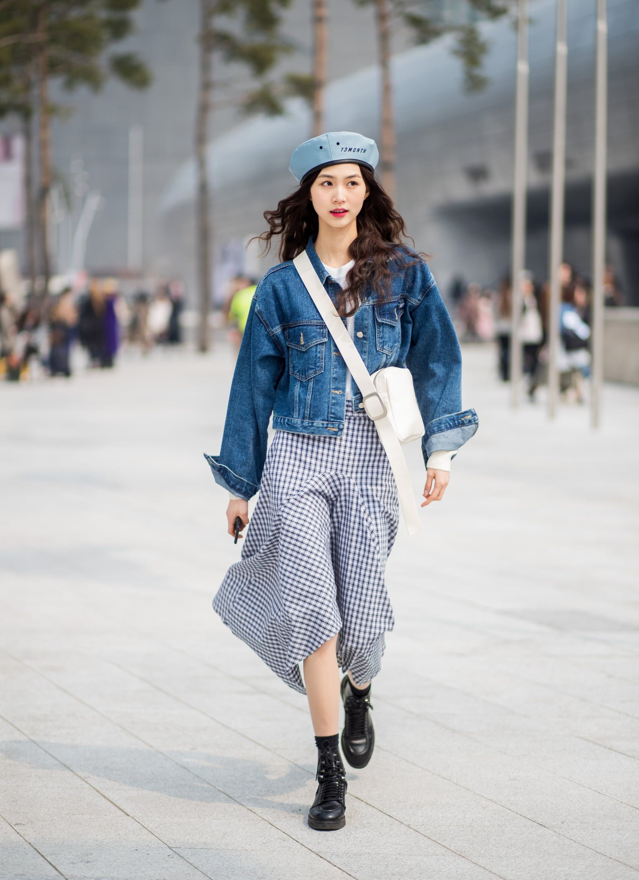 fashionista hàn phối áo khoác denim chân váy midi và mũ beret