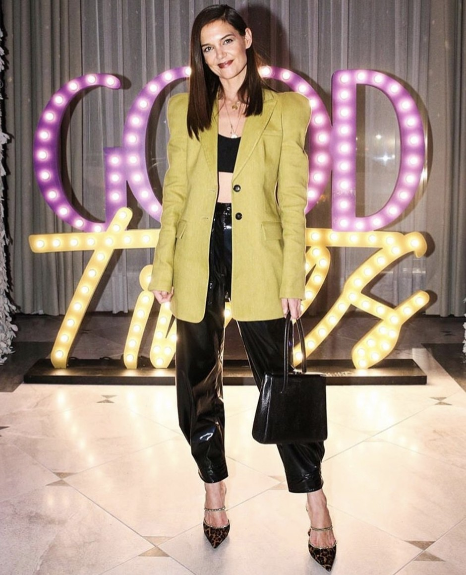 Katie Holmes diện áo croptop và blazer