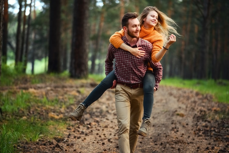 cặp đôi hẹn hò trong rừng