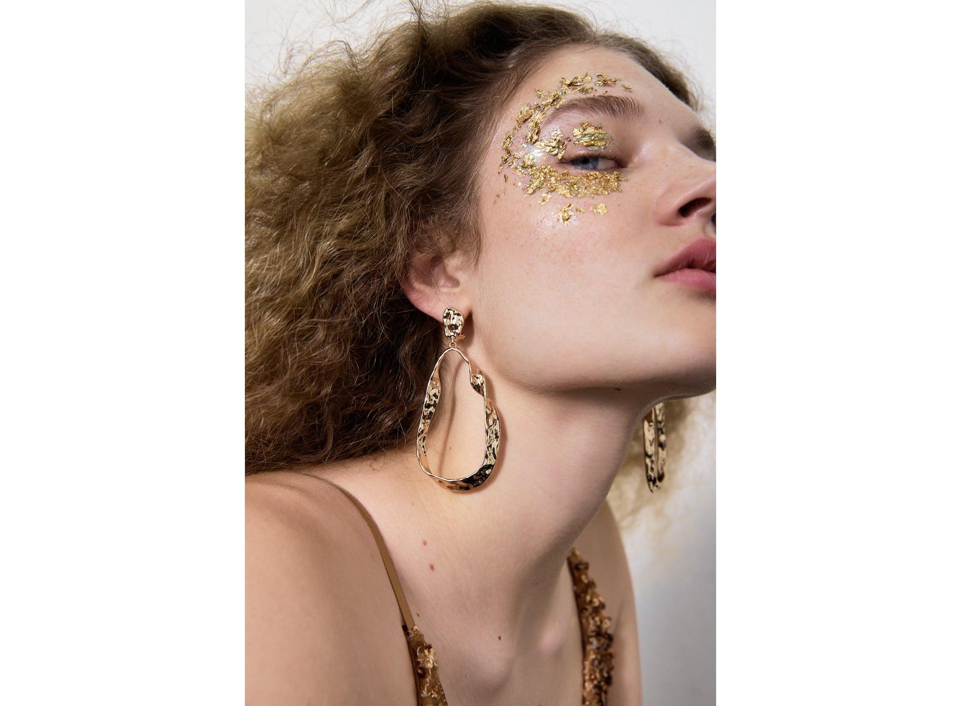 Phụ kiện thời trang hoa tai ánh vàng to bản