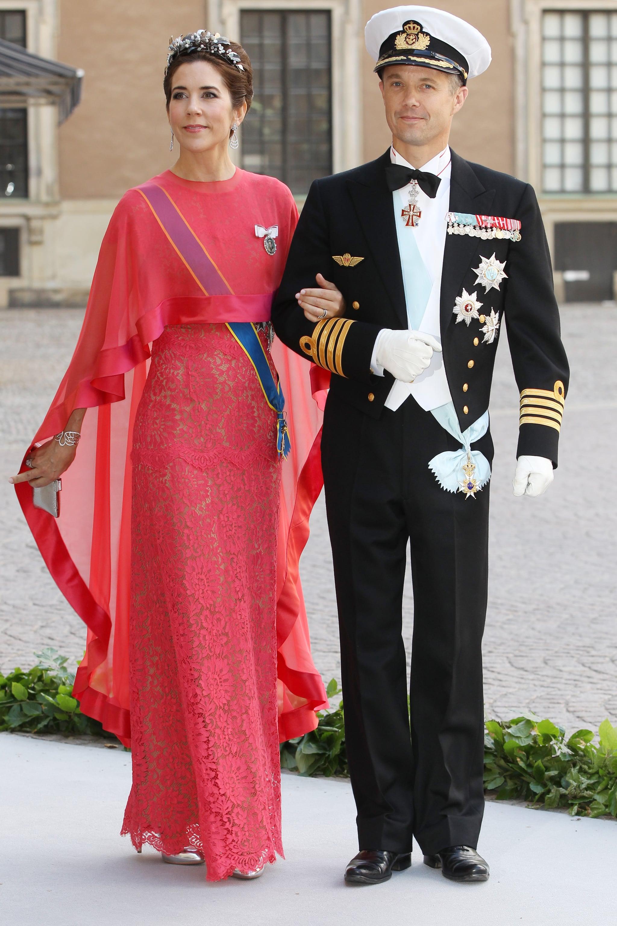 công nương đan mạch đội vương miện hoa và mặc đầm phối ren đỏ dự đám cưới