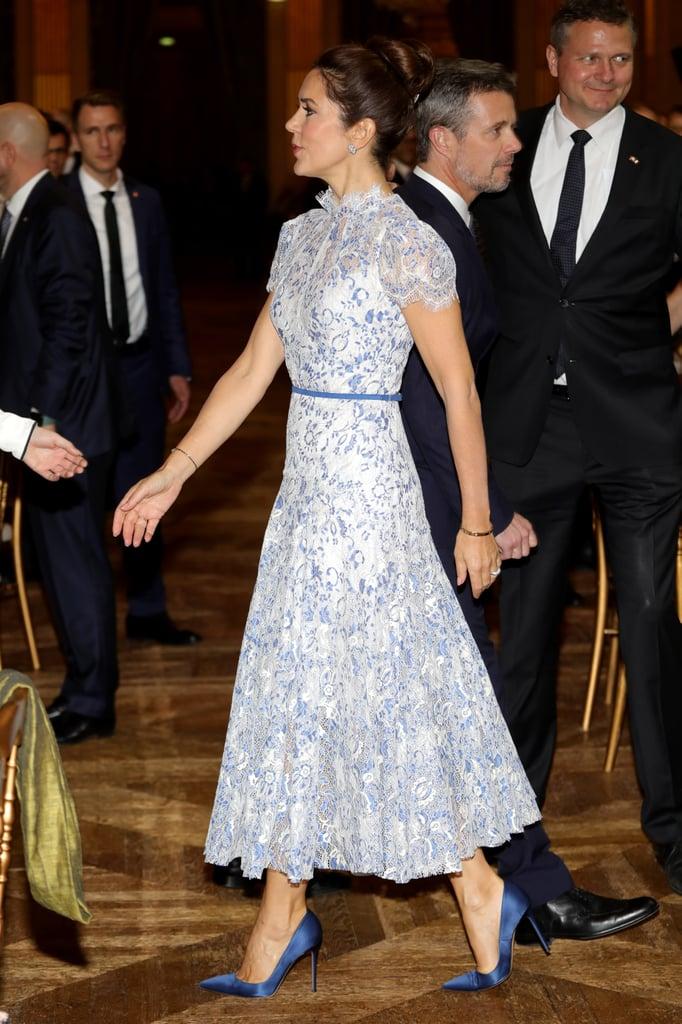 công nương Mary mặc đầm hoạ tiết hoa nhỏ màu xanh
