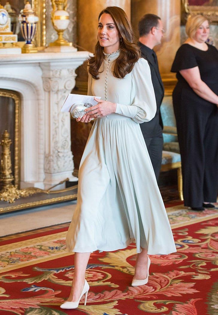 Kate Middleton đầm cổ điển xanh hồ trăn