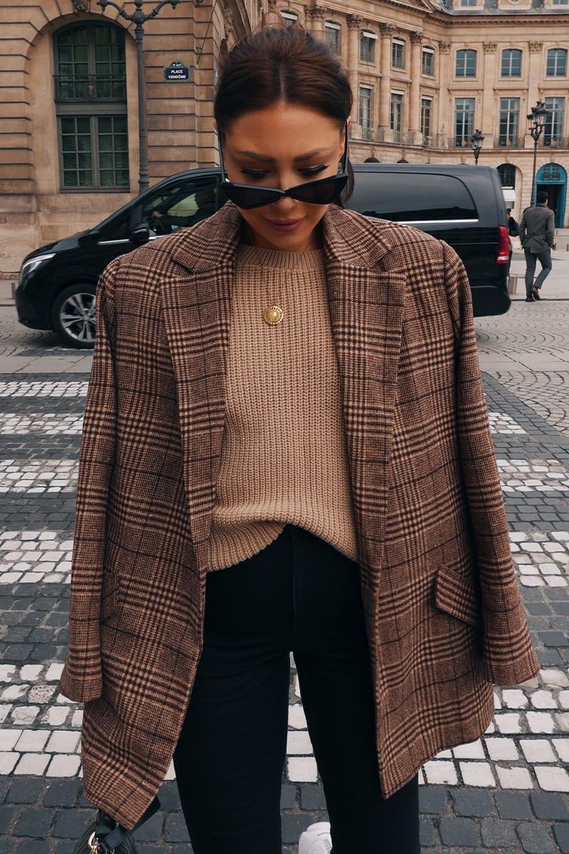 Áo blazer nâu phối cùng sweater cho thời trang công sở
