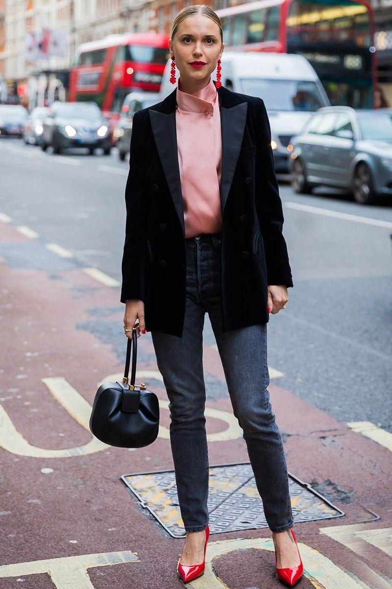 trang phục màu hồng hồng và đen kết hợp với nhau