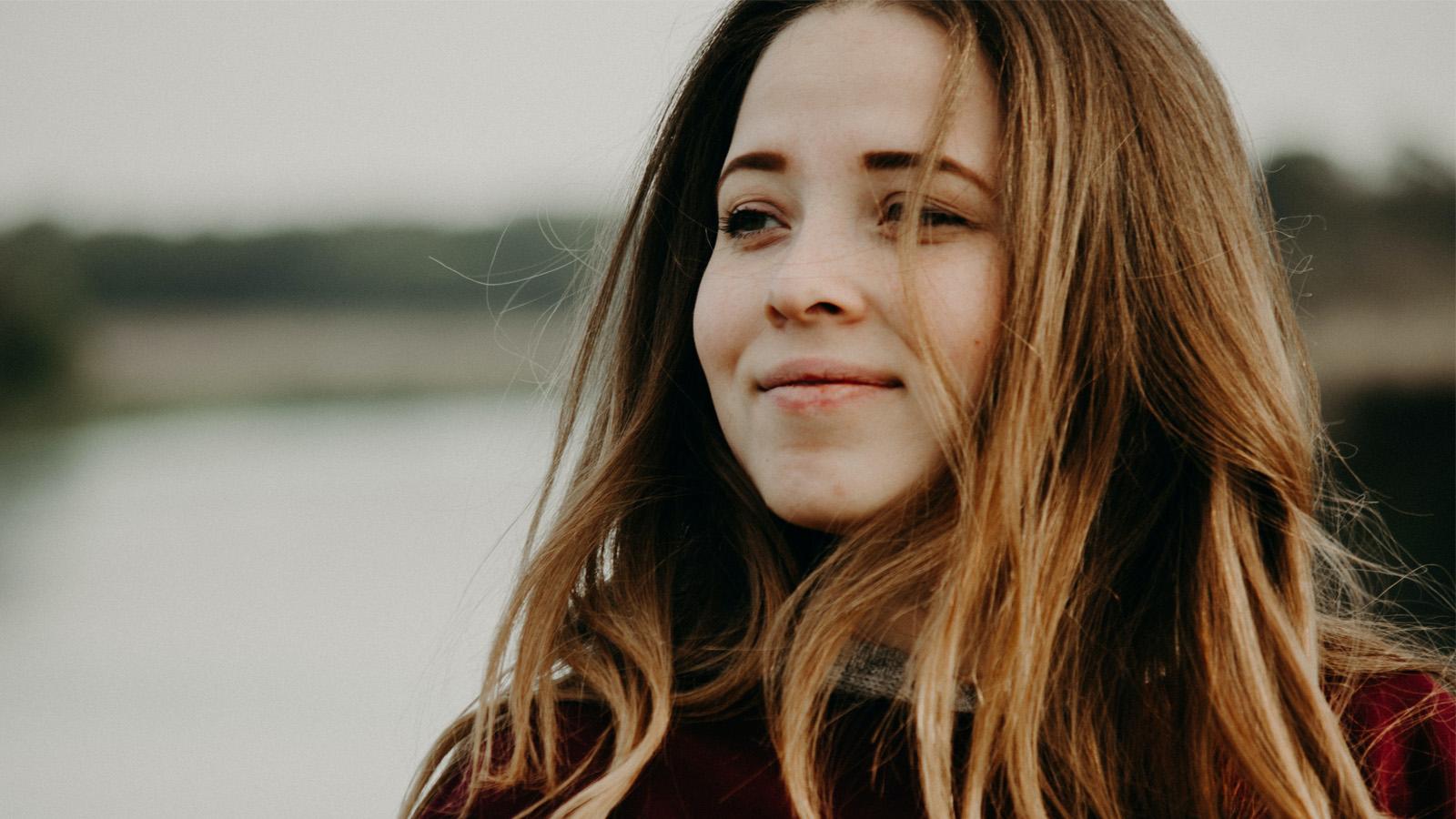 cô gái tóc vàng bị trầm cảm cười