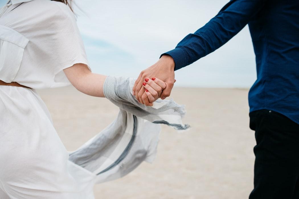 nắm tay giúp gia tăng sự gần gũi khi yêu