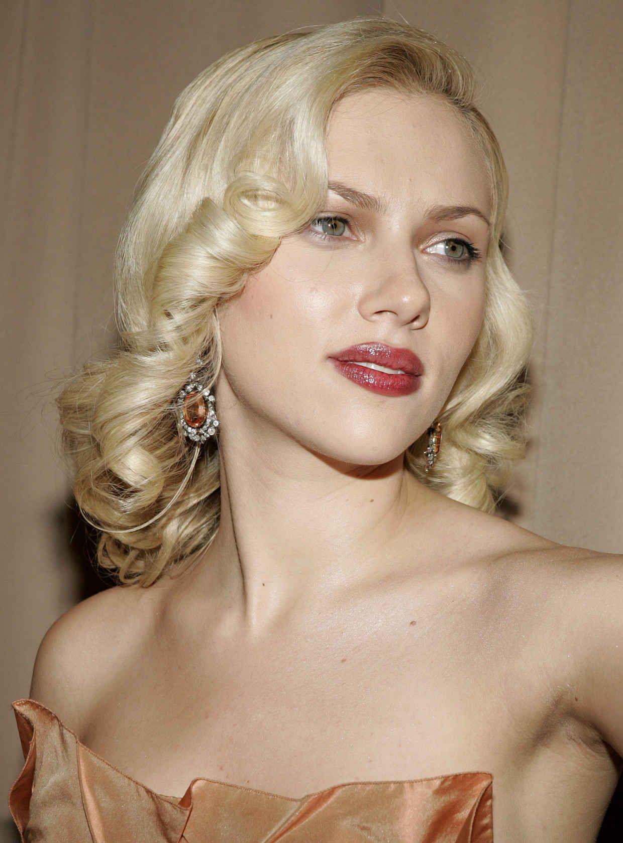 Scarlett Johanson đeo hoa tai đính đá hình tròn - cách chọn hoa tai phù hợp với hình dáng gương mặt