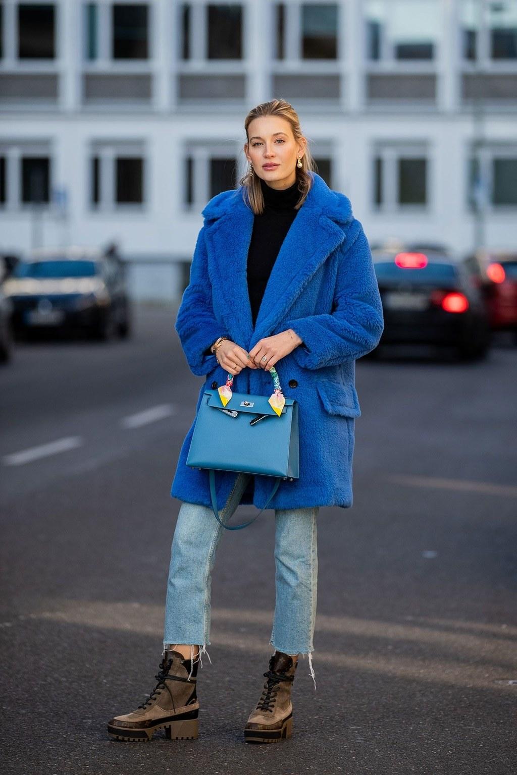 Blazer classic blue cùng jeans rộng