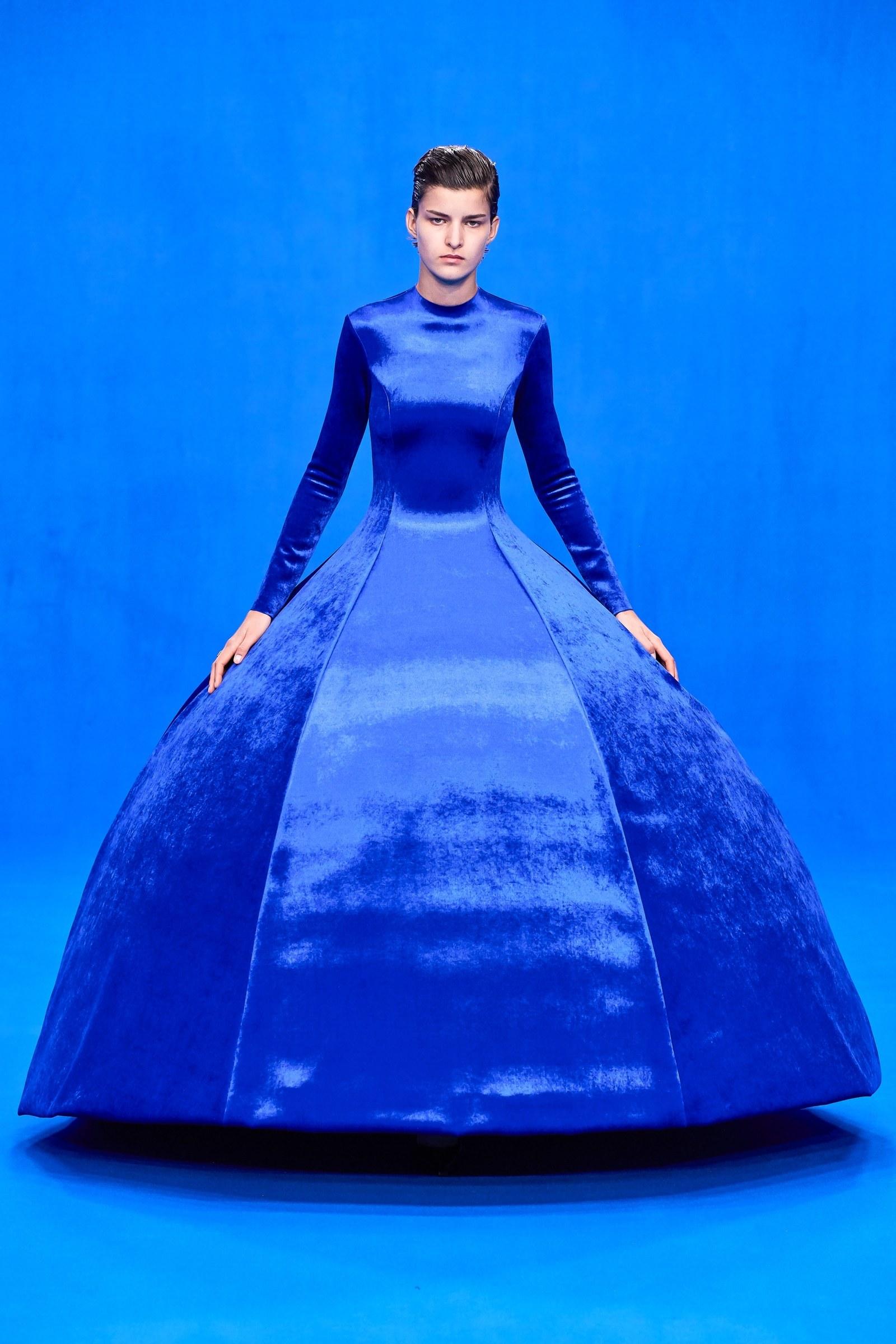 Thiết kế đầm khổng lồ Classic Blue của Balenciaga
