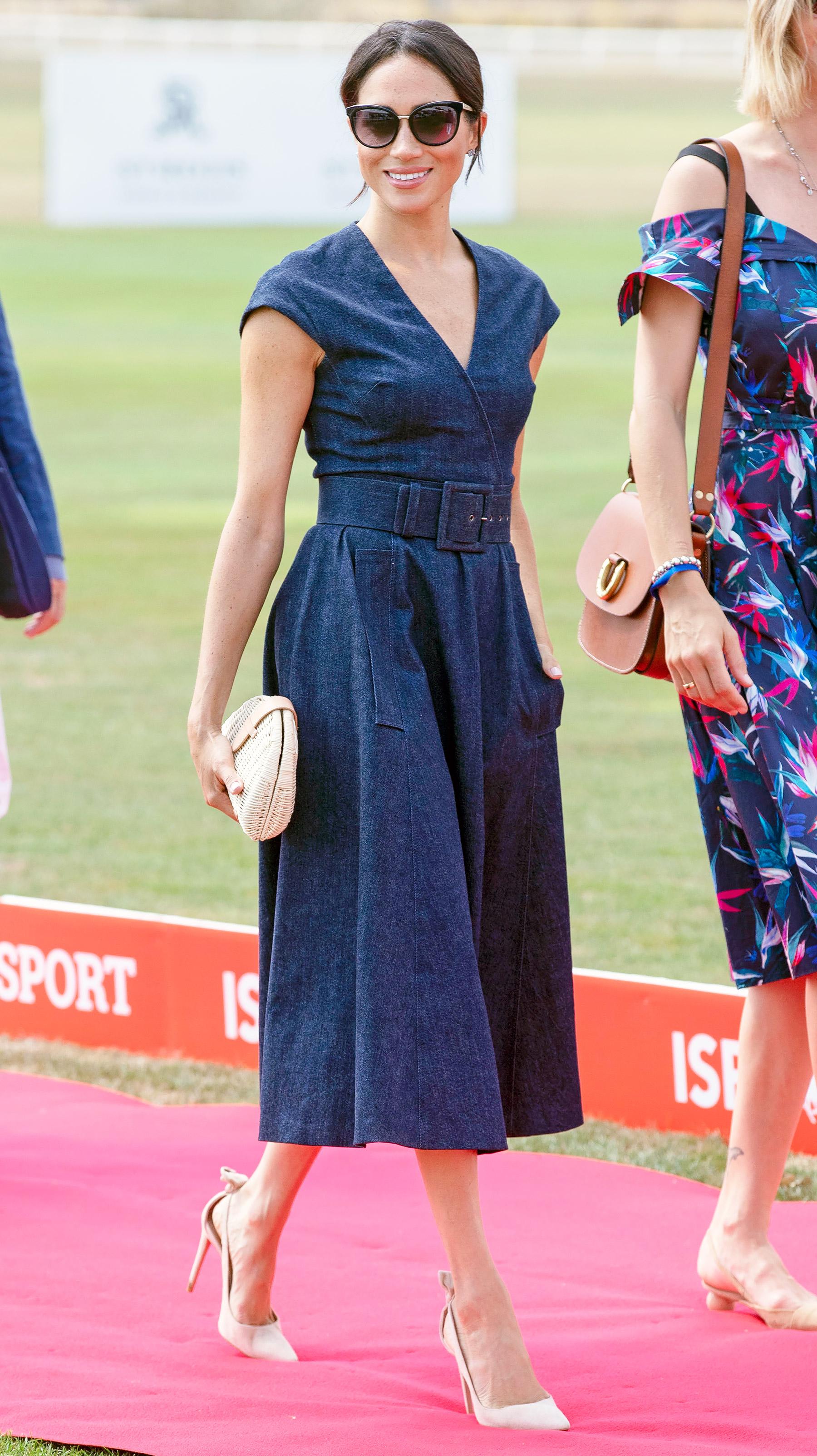 Đầm classic blue thắt lưng của Meghan Markle