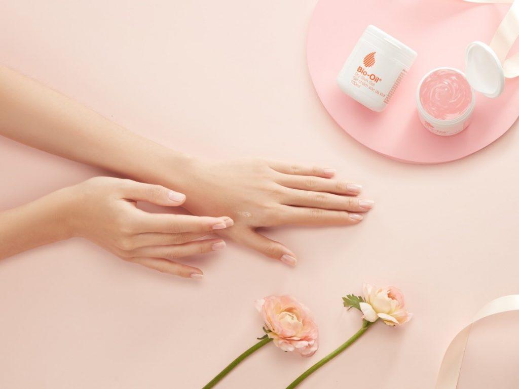 Ngoài da mặt, da tay và da toàn thân cũng là những bộ phận bạn cần thoa kem dưỡng.