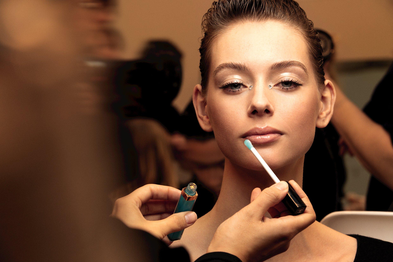 Chanel Métiers D'art lucia pica chanel cô gái tô son bóng màu xanh