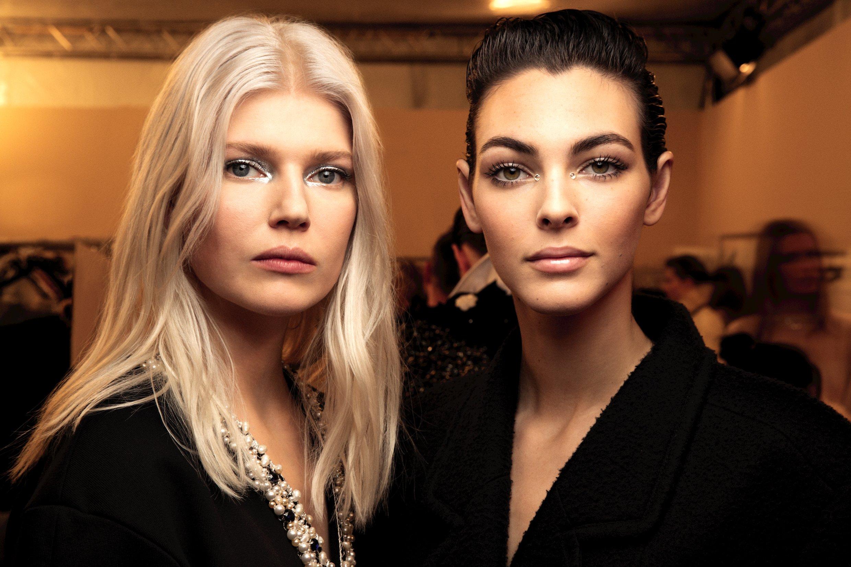 metiers lucia pica hai người mẫu tóc vàng và tóc đen búi cao