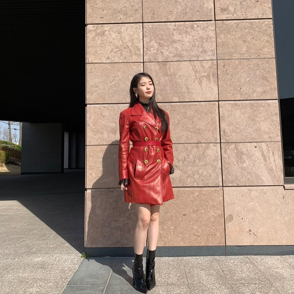 IU diện áo cổ lọ trong áo khoác dáng dài
