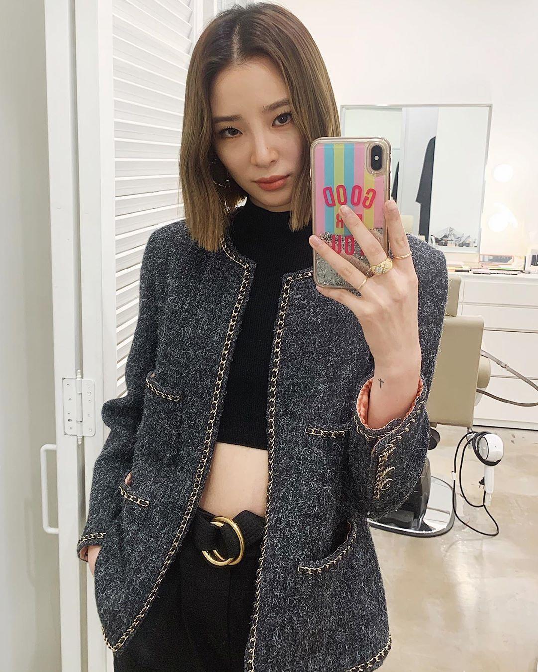 Irene Kim áo cổ lọ croptop độc đáo
