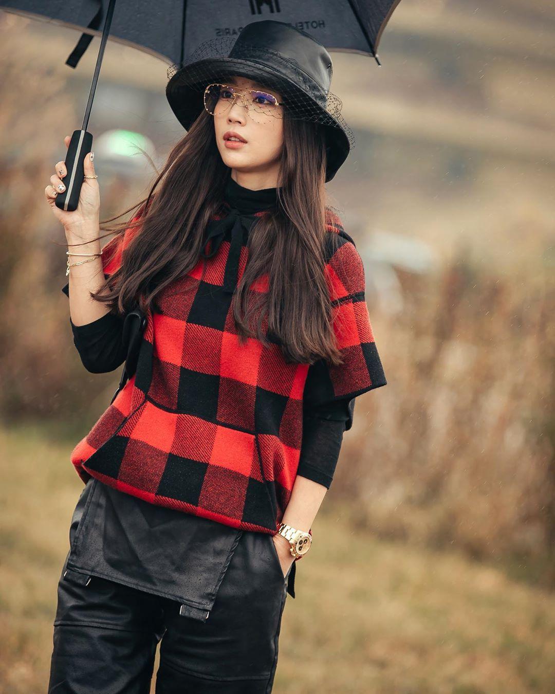 Ki Eun Se diện áo cổ lọ và áo đỏ họa tiết kẻ ô