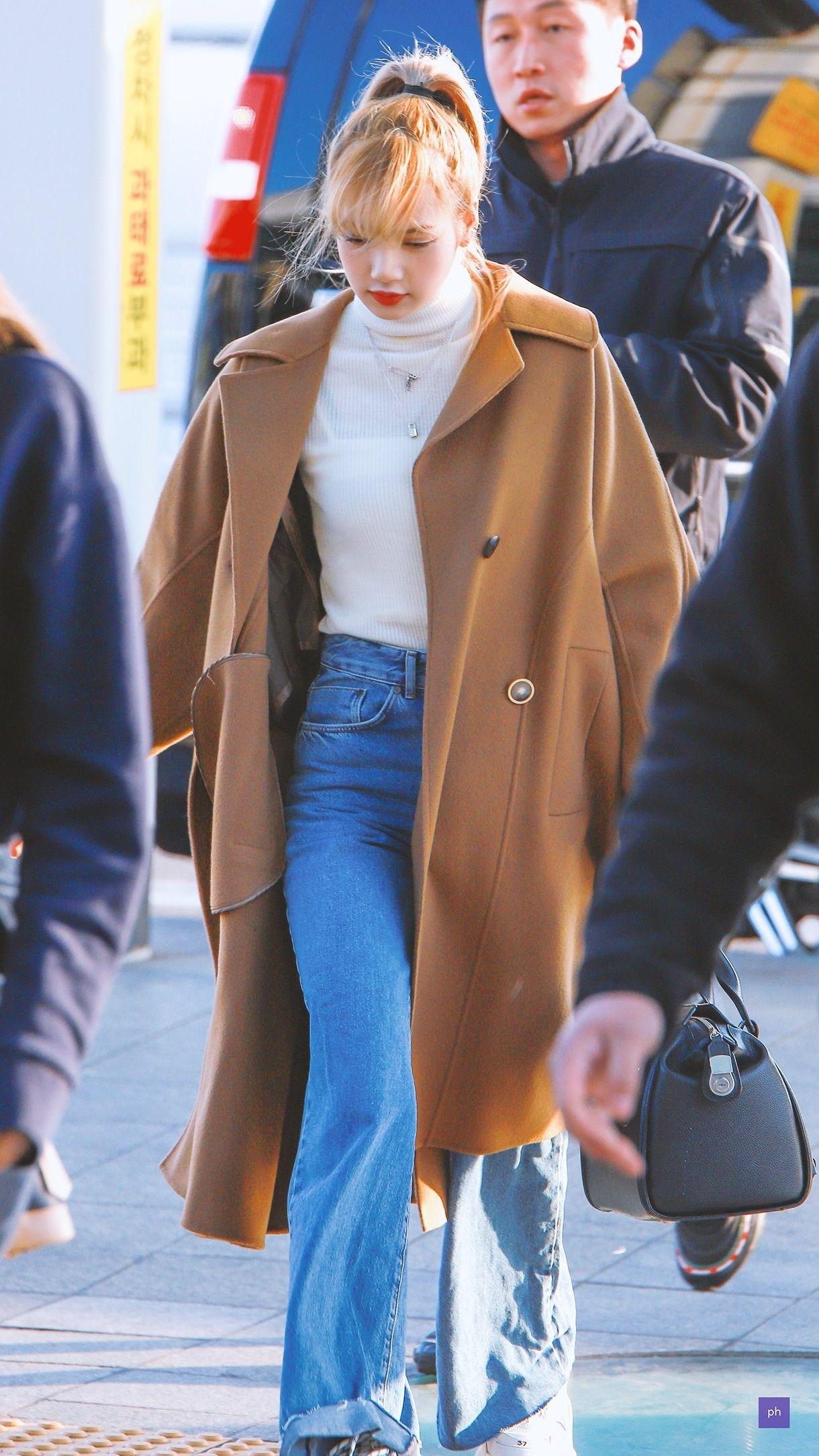 Lisa diện áo cổ lọ và jeans ống rộng