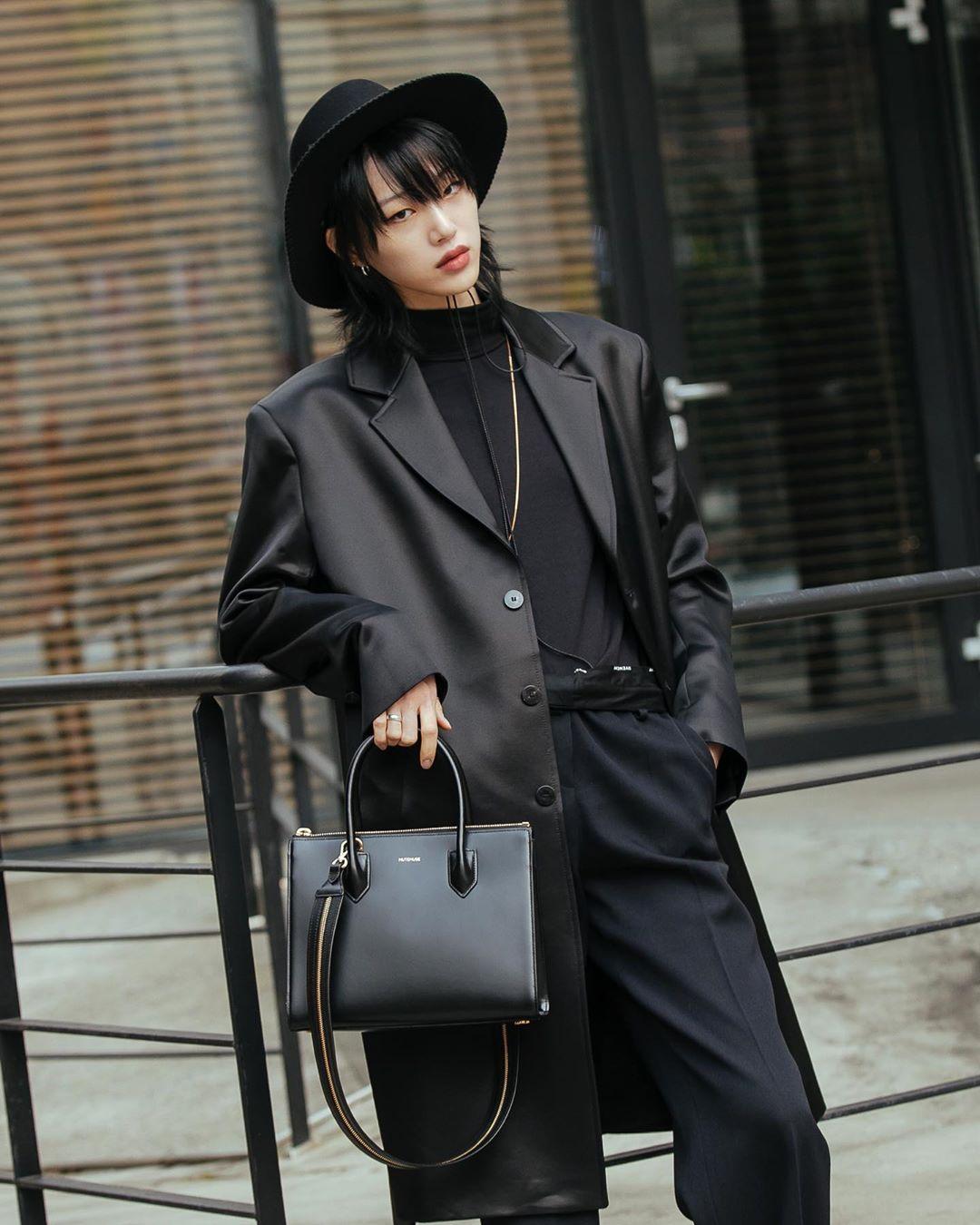 Sora Choi bộ trang phục cùng áo cổ lọ đen