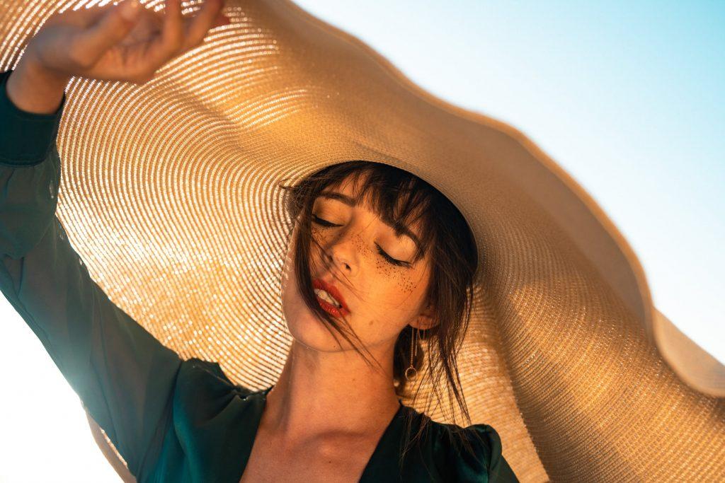 Đừng quên đội nón rộng vành khi hoạt động dưới ánh nắng mặt trời. Ảnh: Pexels.