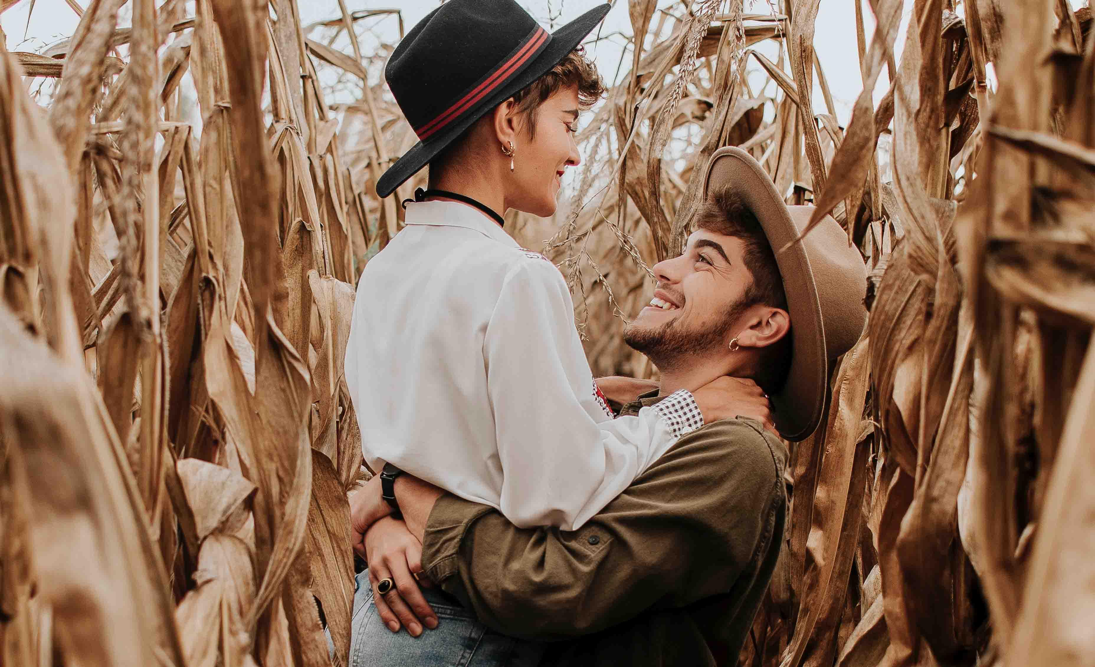 cặp đôi giữa cánh đồng