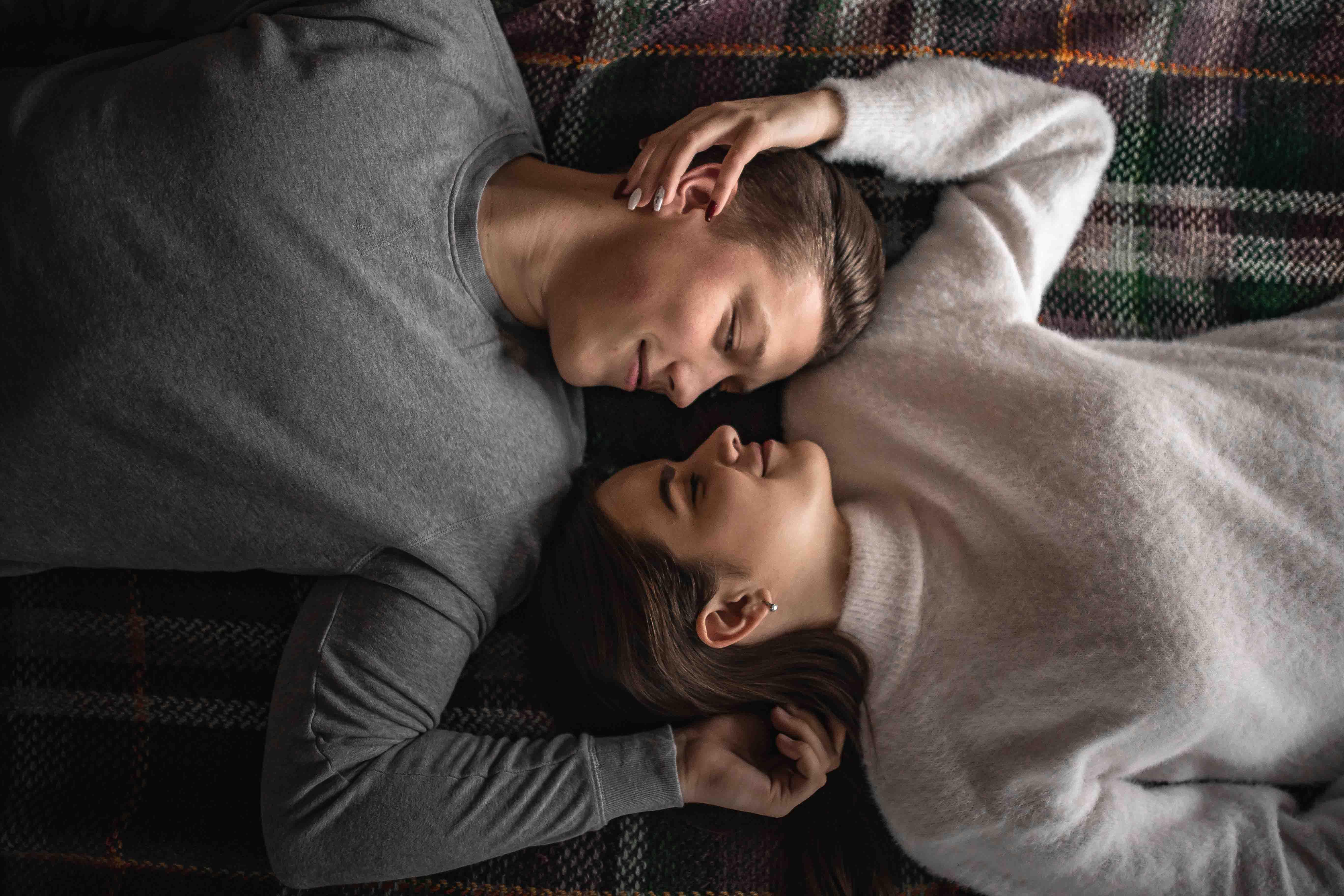 cặp đôi nằm trên giường