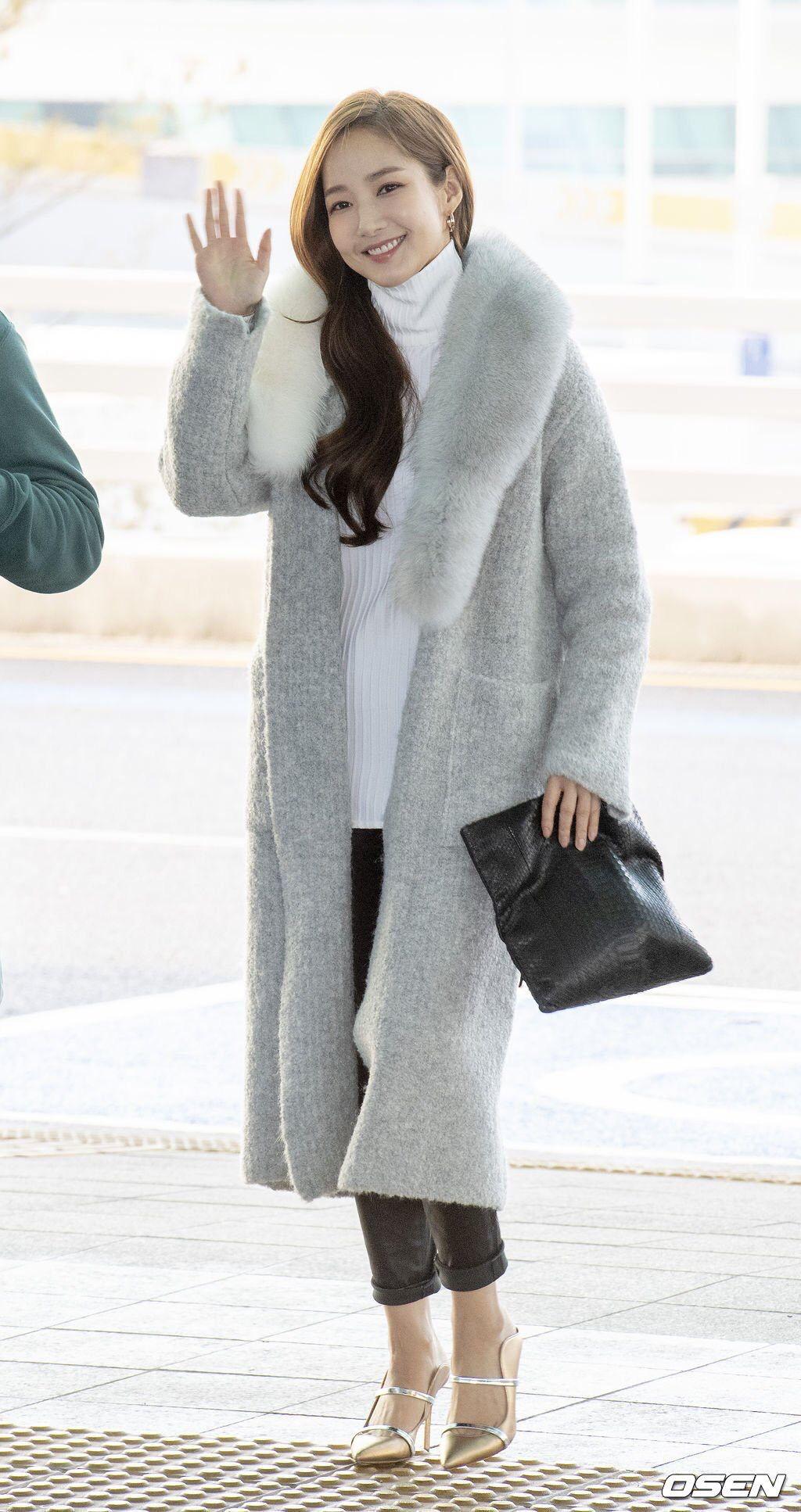 Park Min Young áo cổ lọ