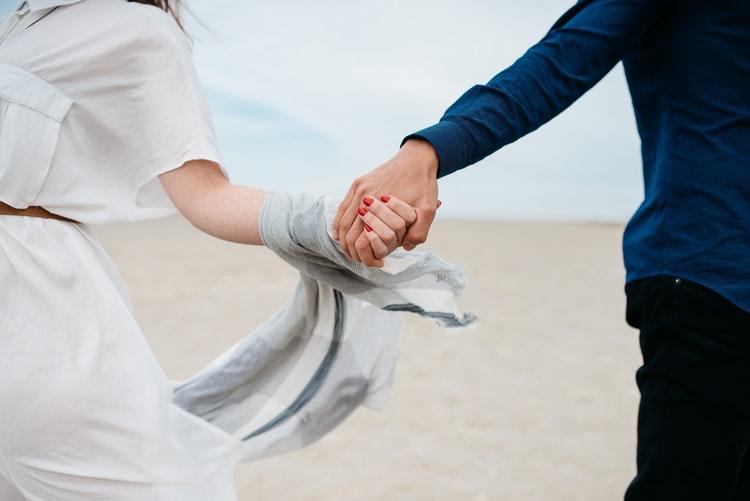 cặp đôi nắm tay