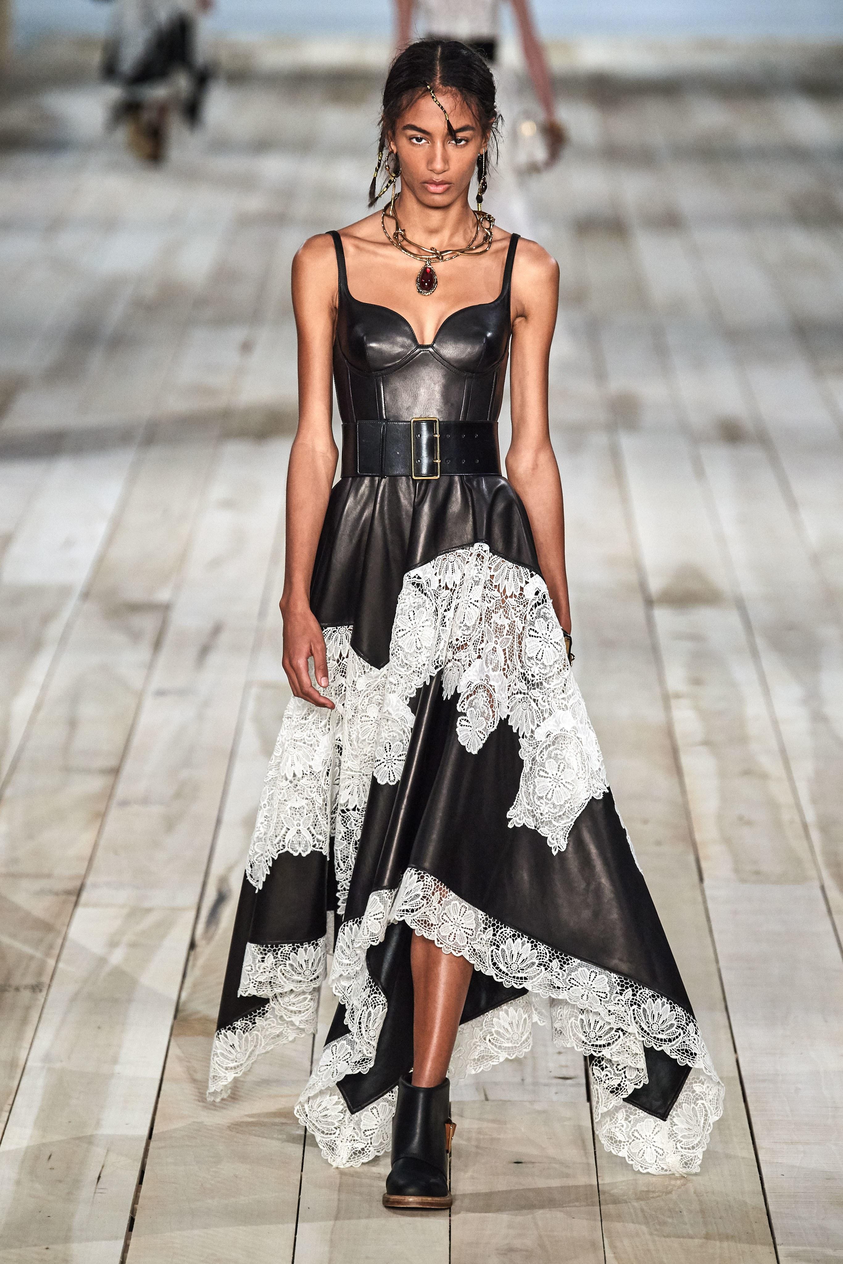 thiết kế chất liệu da phối ren alexander mcqueen xuân hè 2020 - xu hướng thời trang xuân hè 2020