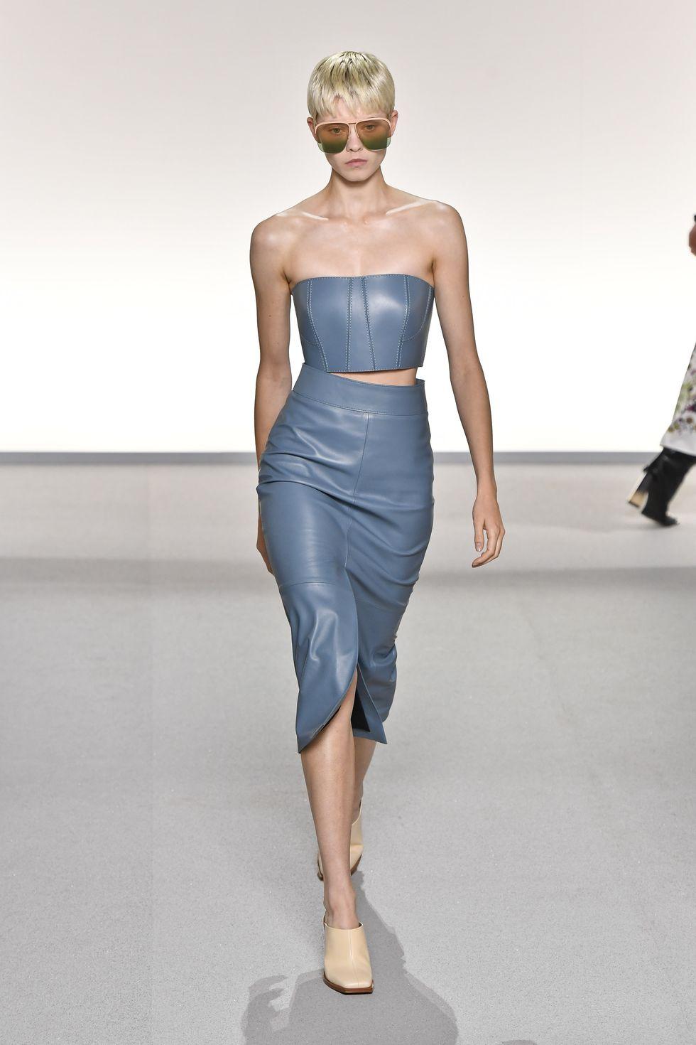 chất liệu da nhân tạo nhiều màu sắc là một trong những xu hướng thời trang mùa xuân hè 2020