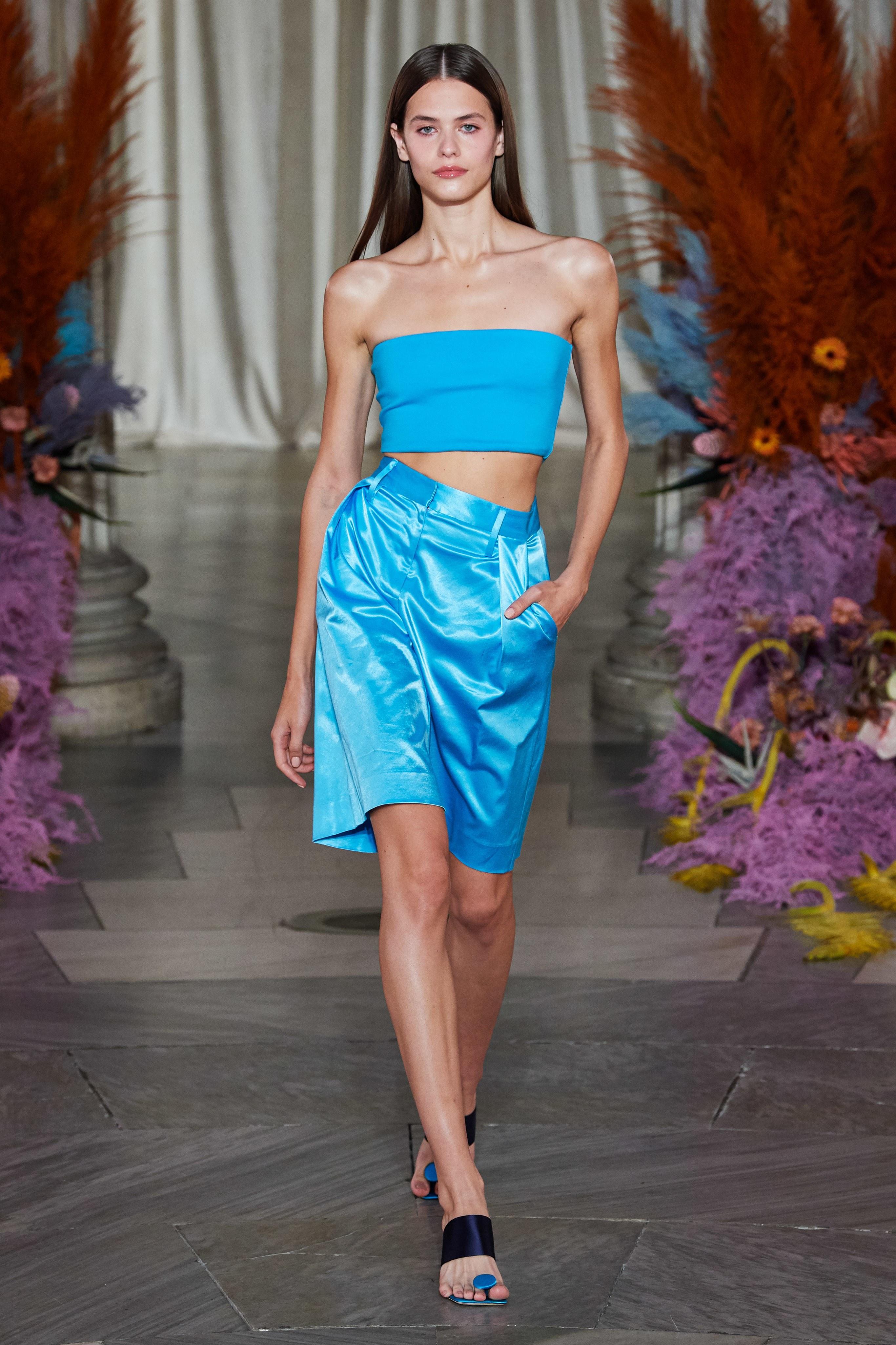 quần bermuda màu xanh dương sáng Staud - xu hướng thời trang xuân hè 2020