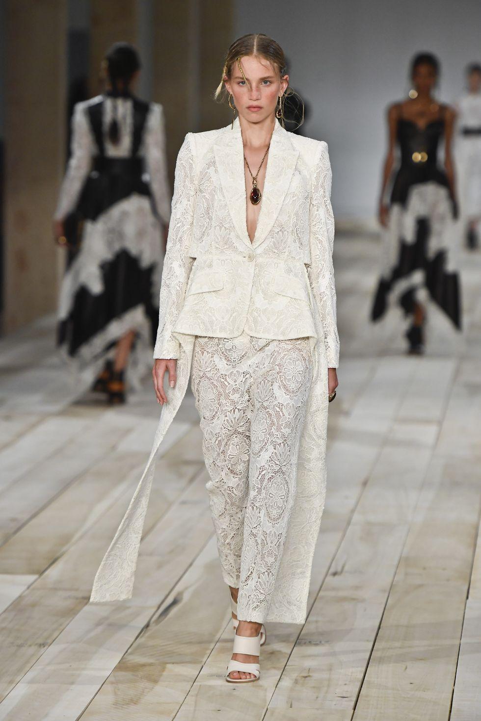suit trắng ren alexander mcqueen xuân hè 2020 - xu hướng thời trang xuân hè 2020