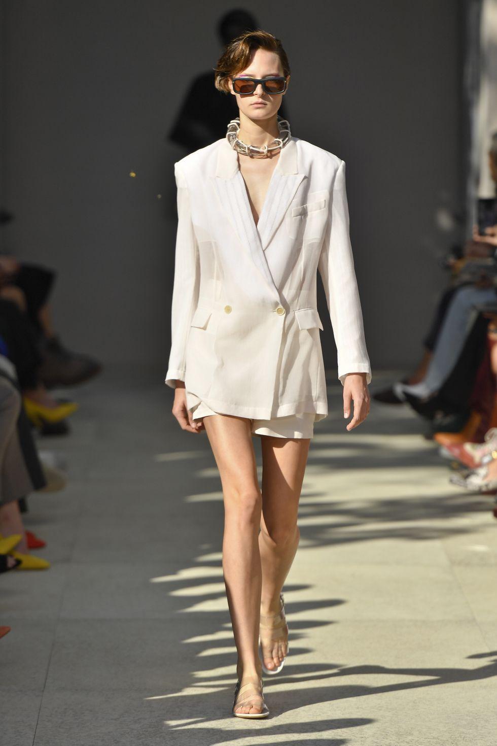 suit trắng Salvatore Ferragamo - xu hướng thời trang xuân hè 2020