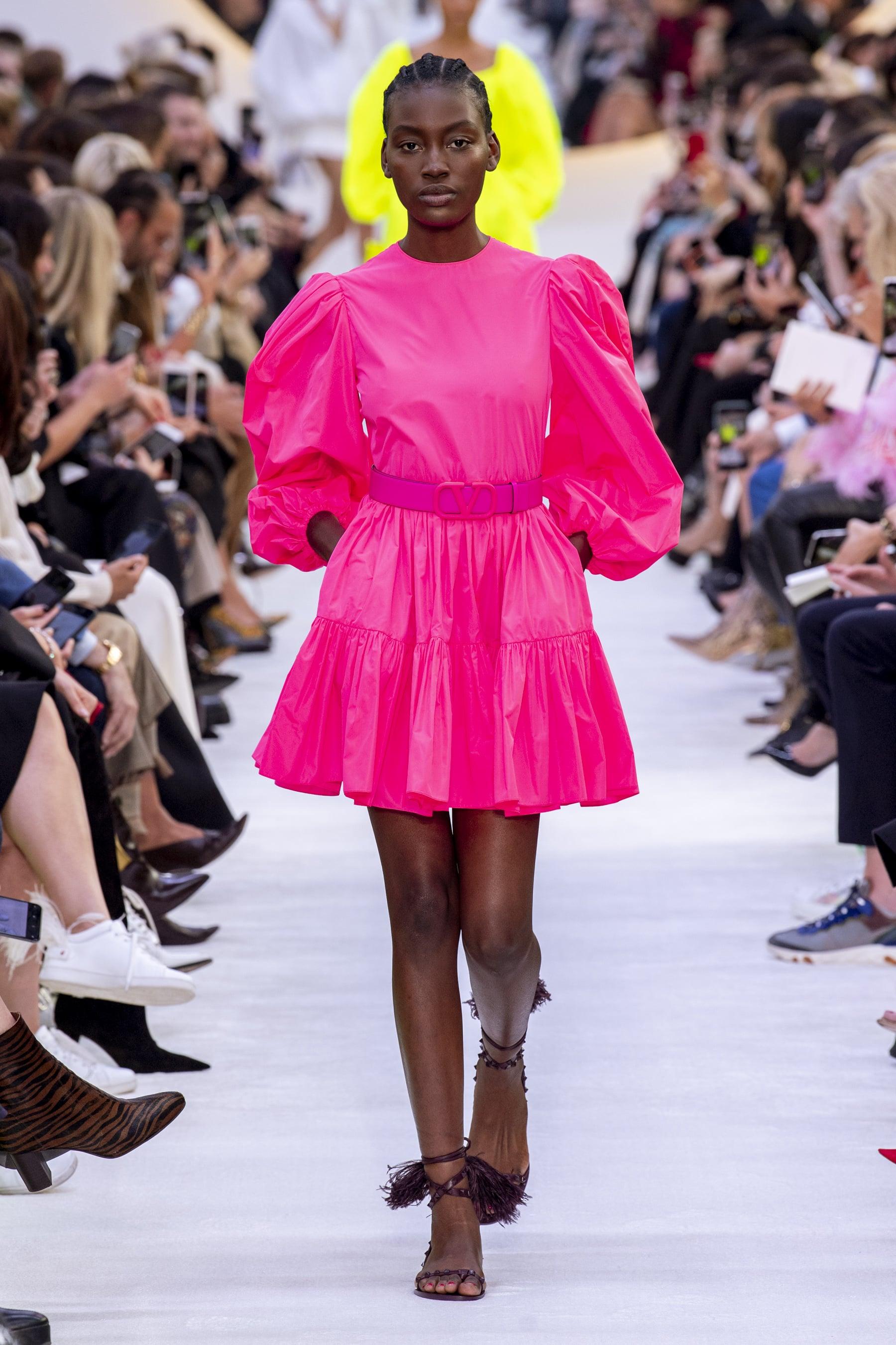 đầm hồng neon tay phồng - xu hướng thời trang xuân hè 2020