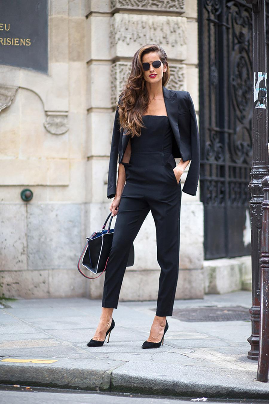 fashionista mặc âu phục màu đen và đi giày cao gót