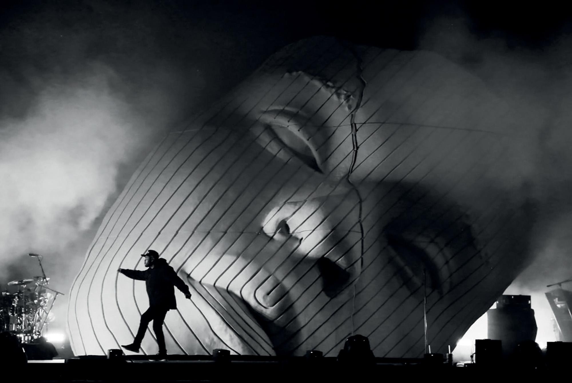 Es Devlin thiết kế sân khấu mặt nạ khổng lồ 3D