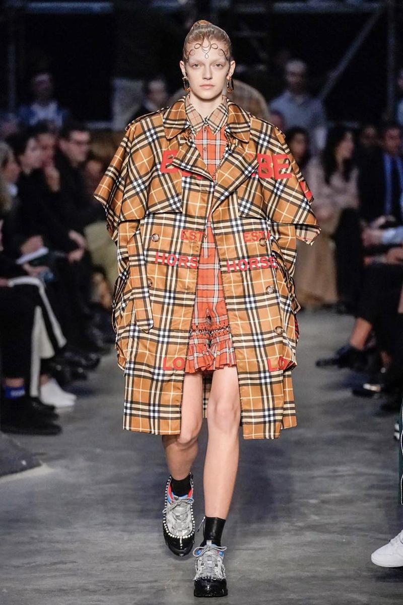 Đầm và trench coat xu hướng tartan trên sàn diễn Burberry