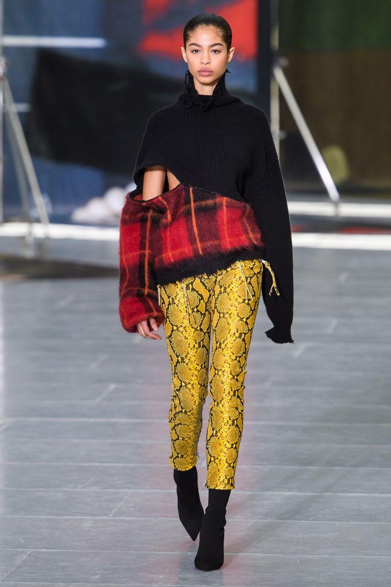 Áo cách điệu họa tiết tartan trên sàn diễn Unravel